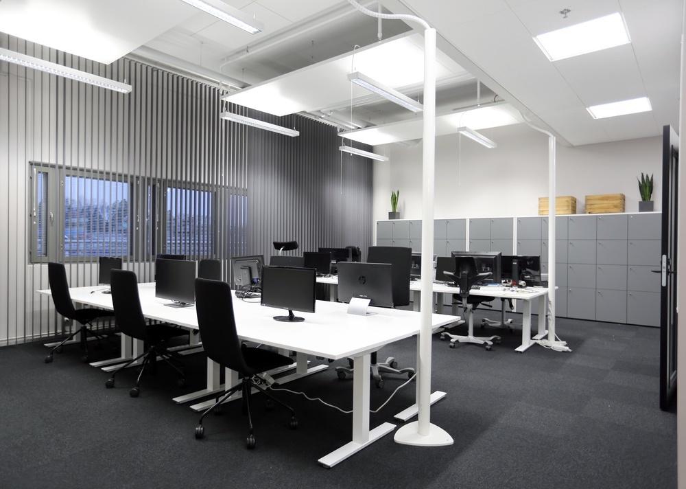 Tyylisuunta Black edustaa modernia toimistosisustustyyliä mustine toimistokalusteineen Piispanportti 10:ssä