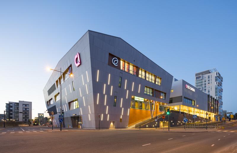 Kauppakeskus Iso Omena sijaitsee heti Länsiväylän toisella puolella ja on lyhyen kävelyn päässä Piispanportti 10:stä.